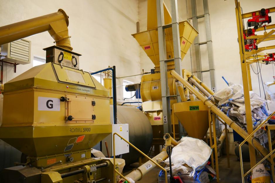 Wykorzystywany w mieszalni śrutownik walcowy czeskiej firmy Romill dysponuje silnikiem o mocy 37 kW i może osiągać wydajność nawet do 20 t/h, fot. mw