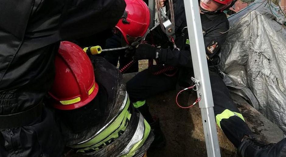 Kobieta wpadła do kilkumetrowej studni