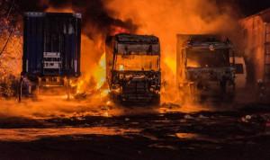 W pożarze spłonęły trzy ciężarówki z naczepami, Foto: PSP Piła