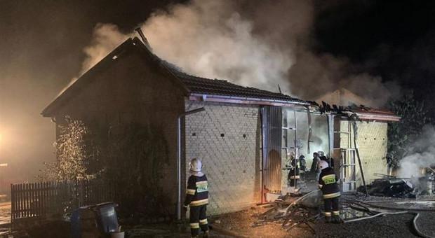 Pożar w gospodarstwie - spłonęły ciągnik, maszyny i samochód