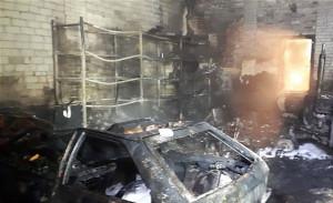 W środku spaliły się m.in. samochód i ciągnik rolniczy