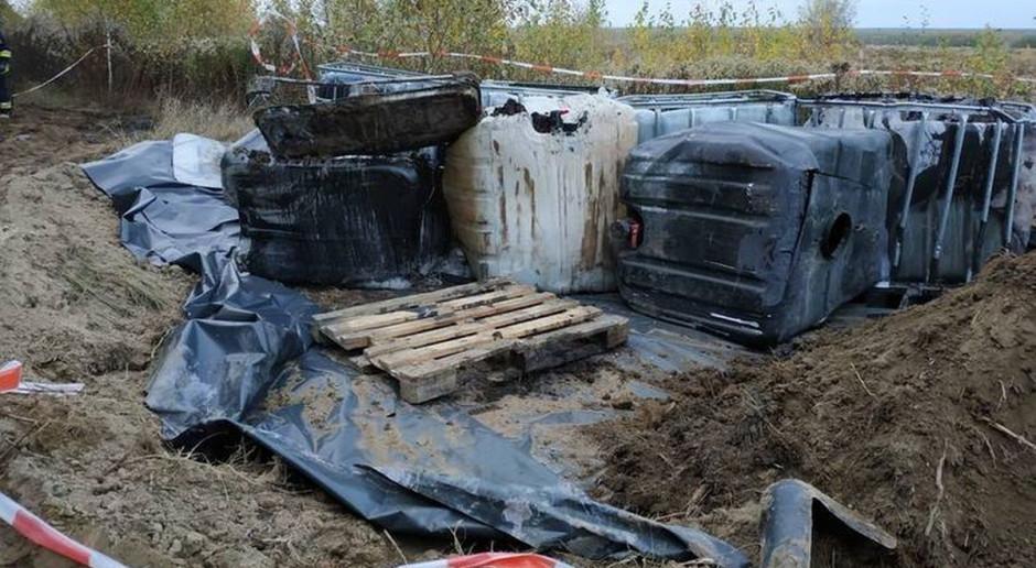 Podejrzane zbiorniki z chemikaliami znaleziono na polu pod Lublinem