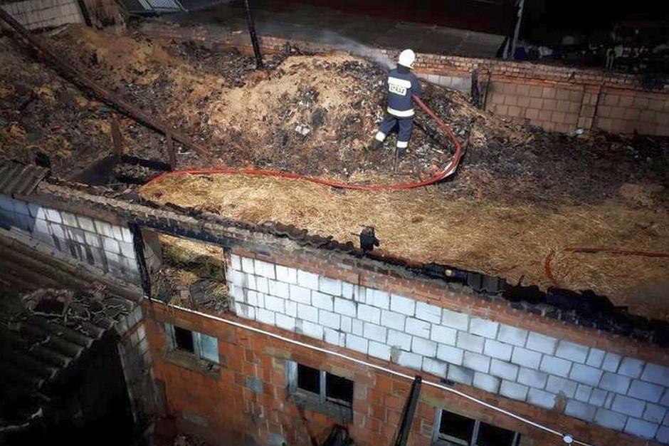 Na szczęście spłonęło tylko poddasze i dach budynku,  Foto: PSP Grodzisk Wielkopolski