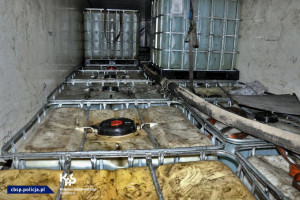 W naczepie znajdowało się 28 zbiorników oleju smarowego po 1000 litrów każdy
