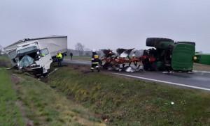 W efekcie zderzenia traktorzysta znalazł się w szpitalu, a krajówka na wiele godzin została zablokowana
