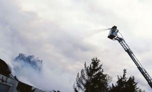 Z powodu groźby zawalenia strażacy gasili pożar z zewnątrz budynku, w tym ze specjalistycznych podnośników, Foto: PSP Zielona Góra