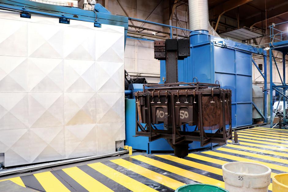 Rotomoulding – technologia produkcji zbiorników  Zdecydowana większość zbiorników na paliwo jest produkowana w technologii formowania rotacyjnego, gdzie odpowiednio przygotowana forma jest zasypywana tworzywem sztucznym (najczęściej jest to polietylen). W kolejnym etapie forma trafia do pieca, gdzie nieustannie obraca się w dwóch osiach, tak aby płynny materiał przykleił się do ścianek formy. Następnie całość jest transportowana do przedchłodni i chłodni, gdzie jest wychładzana aż do osiągnięcia temperatury kilkudziesięciu stopni Celsjusza. Technologia ta pozwala na uzyskanie zbiornika pozbawionego jakichkolwiek łączeń – a więc miejsc szczególnie narażonych na rozszczelnienia. Ze względu na ruch rotacyjny w ramach rotomouldingu nie można wyprodukować elementów skomplikowanych – np. z wewnętrznymi żebrami, gdyż dzięki niej możemy uzyskać jedynie naczynia zamknięte.