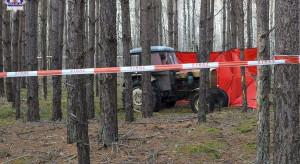 Kierowca pod traktorem znaleziony w lesie