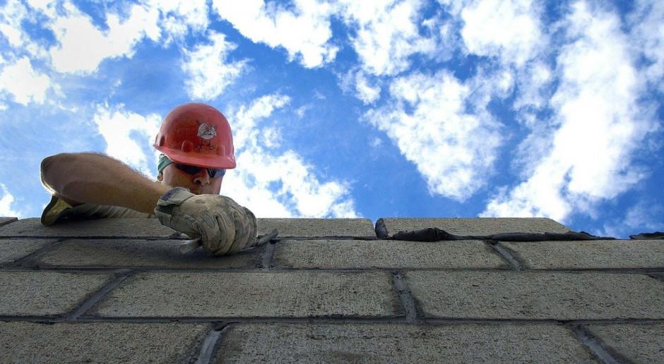 Na budowach praca wre