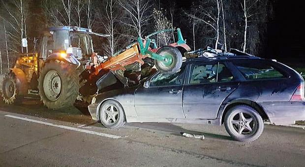 Mercedes wjechał na pług za traktorem