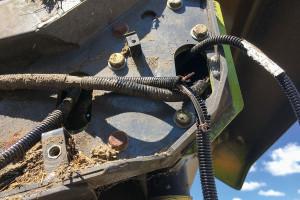 Wiązka elektryczna nad szarpaczem słomy – uszkodzona przez gryzonie