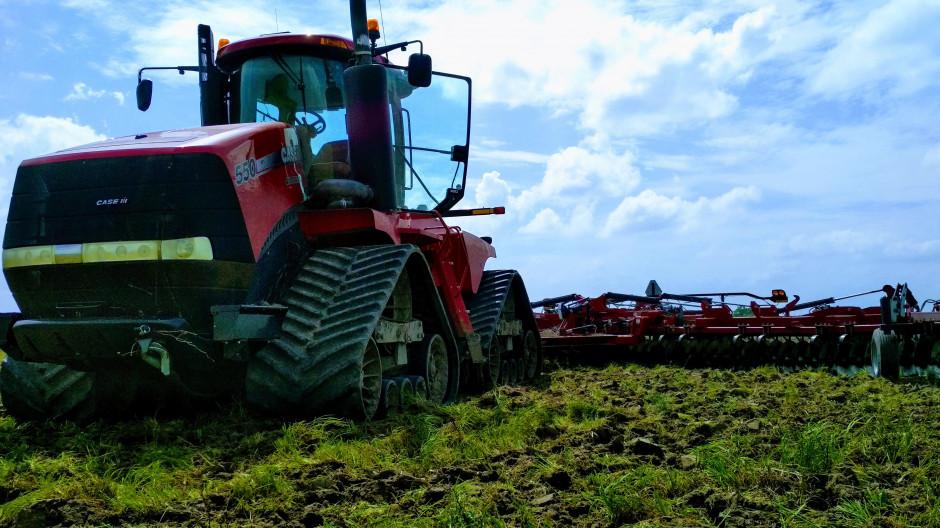 Gąsienicowy układ jezdny pozwala na maksymalizację uciągu ciągnika i minimalizację nacisku wywieranego na jednostkę powierzchni gleby.