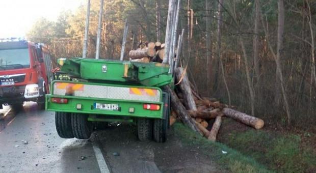 Zderzenie dwóch ciężarówek, dłużyca zablokowała drogę