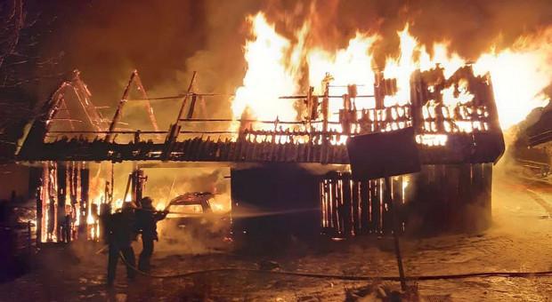 Spłonęła stodoła, a w niej dwa samochody