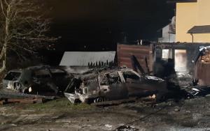 Ze zgliszcz stodoły strażacy wyciągnęli dwa spalone auta