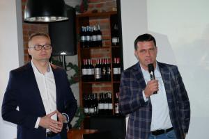 Marek Różniak, twórca Centrum Badawczo-Rozwojowego przemawiający podczas konferencji prasowej w Warszawie, fot. mw