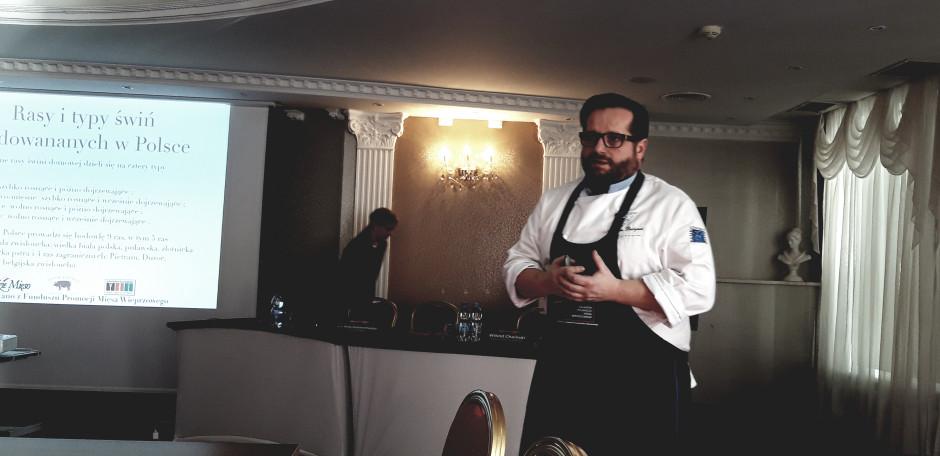 Marcin Budynek to mistrz kulinarny, który często organizuje pokazy kulinarne, szkolenia oraz warsztaty dla firm.