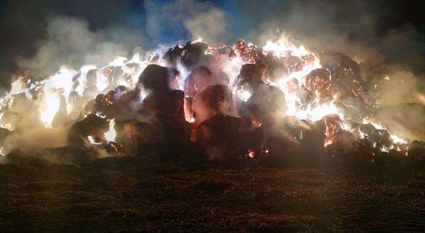 Spłonęło prawie dwa tysiące bel słomy
