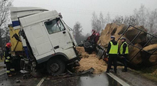 Zderzenie dwóch tirów – ranni kierowcy, słoma na drodze