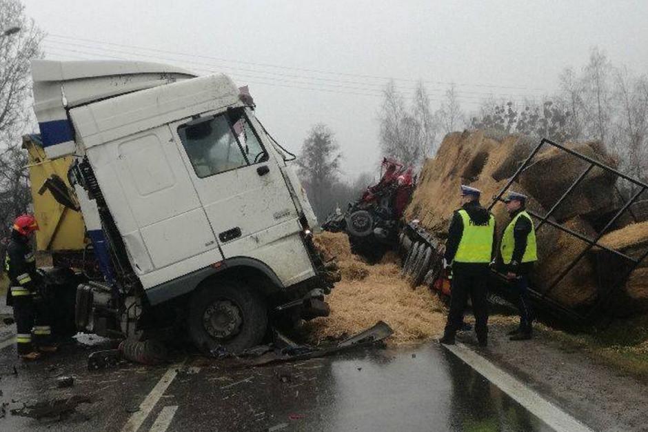 Ciężarówka z transportem słomy przewróciła się i wpadła do rowu, zdjęcia: KPP Opatów