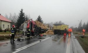 Przy usuwaniu skutków wypadku pracowało kilka zastępów strażaków