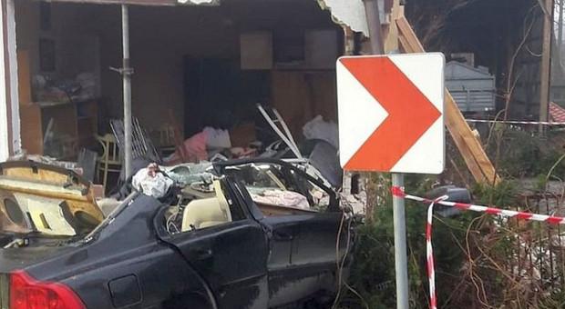 Rozpędzony samochód zburzył dom. Zginął kierowca