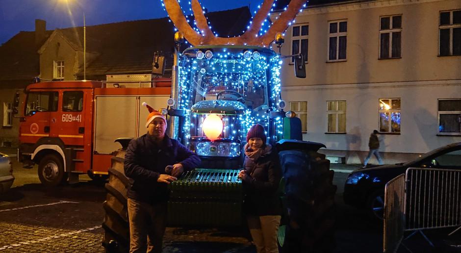 Ciągnik przystrojony na Święta