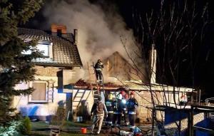 W Dobrojewie ogień pojawił się w zwartym kompleksie budynków gospodarczych mieszkalnych, OSP Skwierzyna
