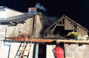 Według strażaków, metalowy przewód kominowy nie był właściwie zaizolowany, OSP Skwierzyna