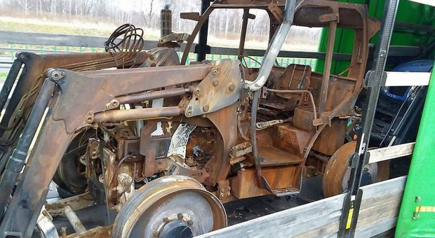 Tir ze spalonym ciągnikiem rolniczym