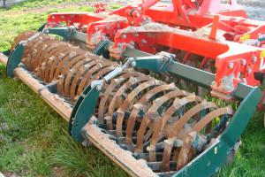Tylny wał daszkowy o średnicy 660 mm dobrze rozbija grudy i dogniata glebę, fot. ArT