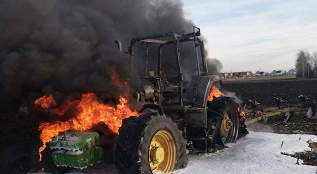 Na polu zapalił się ciągnik rolniczy