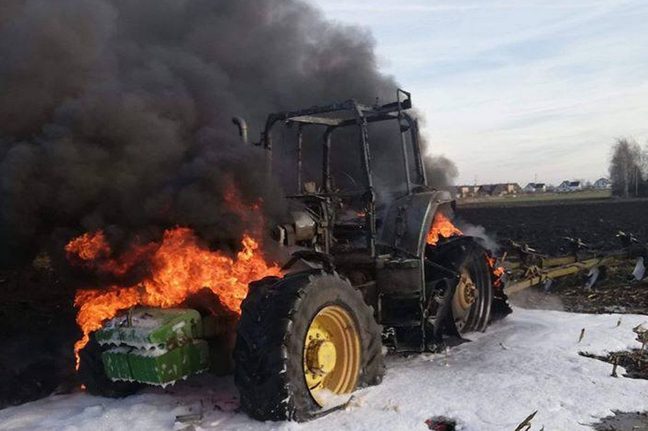 Traktor stanął na polu w płomieniach, Foto: OSP Żórawina
