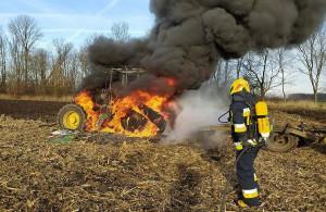 Pożar gasiły dwa zastępy strażaków z Wrocławia i Żórawiny, Foto: OSP Żórawina