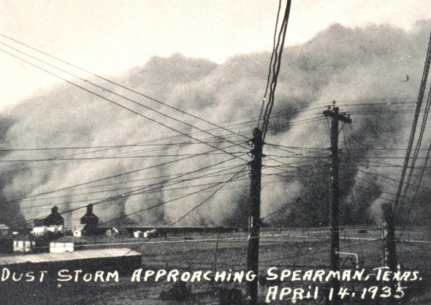 Zdjęcie chmury z 14 kwietnia 1950 r. niosącej ogromne masy cząstek gleby, porwane z powierzchni pól. Źródło: Wikipedia.