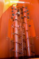 """Poziomy system mieszania w wozie Seko Samurai. Na środku ślimaków, na wysokości okien wysypowych, widoczne specjalne """"łopaty"""", ułatwiające opróżnianie maszyny na korytarzu paszowym"""
