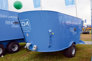 """Aby zmniejszyć gabaryty wozów z pionowym systemem mieszania, producenci stosują różne rozwiązania, np. wyprowadzają oś maszyny za skrzynię ładunkową (na zdjęciu wóz Falke Mix 8) lub """"nabudowują"""" skrzynię na koła (Euromilk Rino FXXS)"""