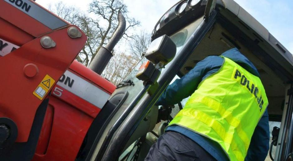 Traktorem uciekał przed policją, wiózł cztery osoby