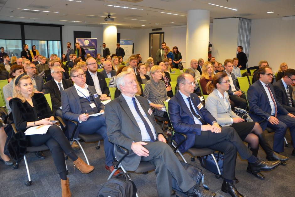 Uczestnicy spotkania konsultacyjnego projektu planu przeciwdziałania skutkom suszy, fot. M. Tyszka