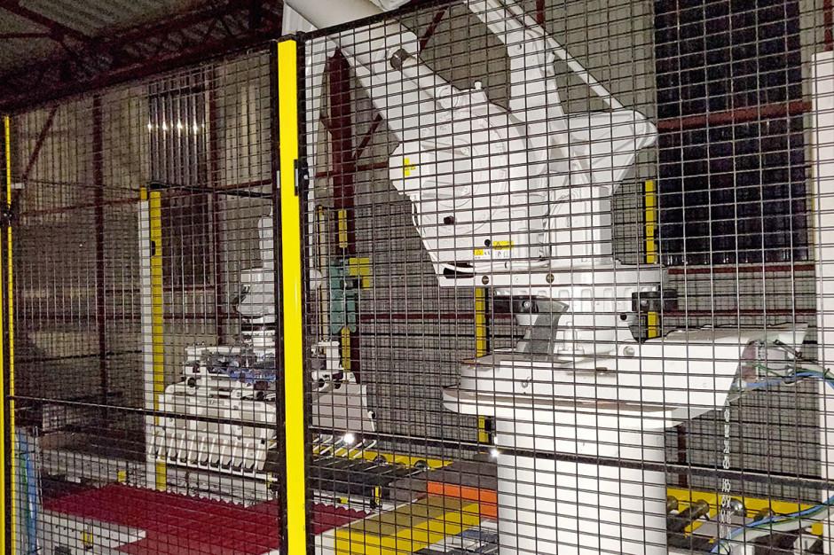 Strefa, w której pracuje robot, musi być zabezpieczona przed możliwością wejścia na jej teren ludzi, gdyż grozi to kalectwem, a nawet śmiercią. Drzwi wejściowe zabezpieczone są zamkiem elektromagnetycznym
