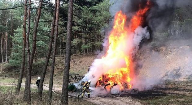 W lesie spłonął ciągnik drzewiarzy