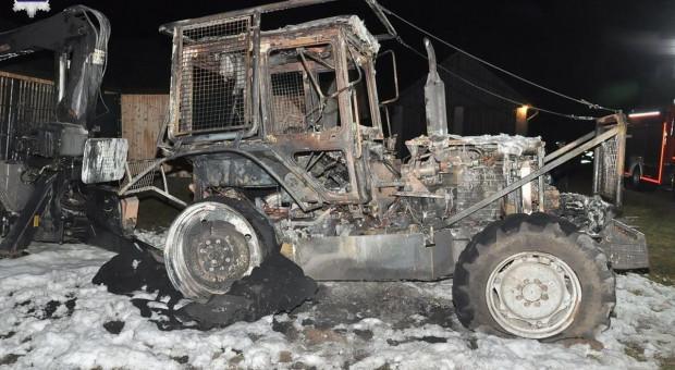 Spłonął ciągnik wraz z drogim sprzętem
