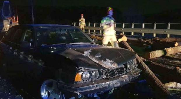 Drewno spadło z ciężarówki, wjechały w nie dwa auta