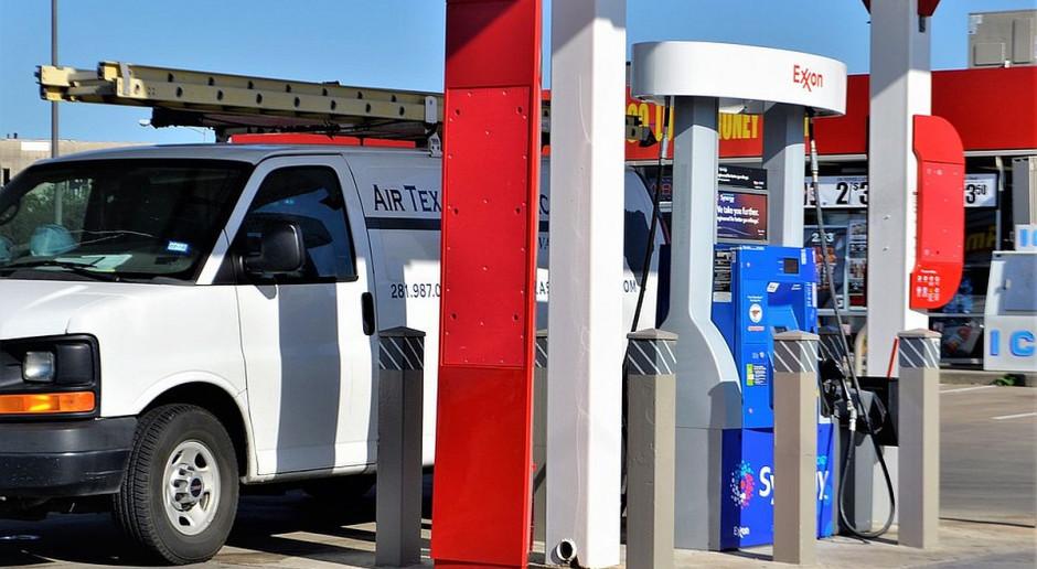 Ceny paliw na stacjach powinny spadać średnio o kilka groszy na litrze
