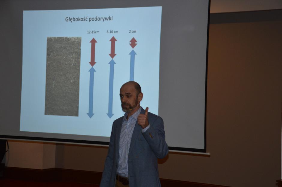 Dr hab. Tomasz Piskier podkreślał pozytywne oddziaływanie uprawy pożniwnej na glebę.