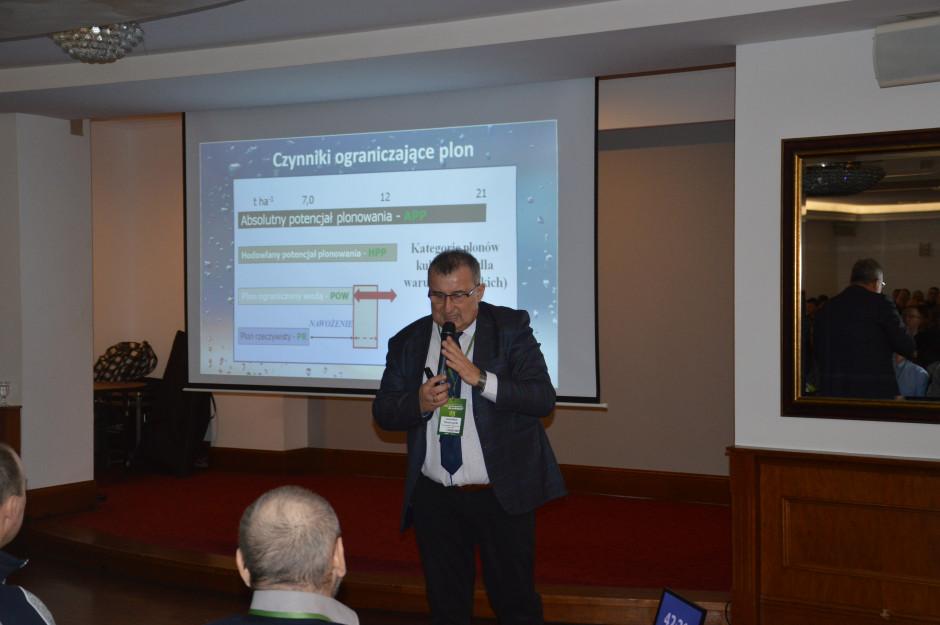 Dr hab. Jarosław Potarzycki w swoim wykładzie wyjaśniał, jakie czynniki mają wpływ na ograniczenie plonowania.