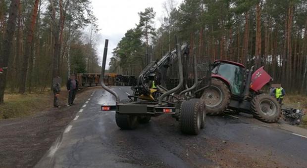 Traktorzysta ranny po zderzeniu ciągnika z tirem na Mazowszu