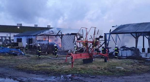 Pożar balotów pod wiatą w gospodarstwie