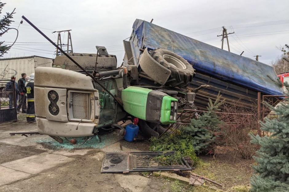 W gminie Bodzanów na Mazowszu ciągnik z przyczepą zderzył się z samochodem ciężarowym, zdjęcia: OSP Kanigowo