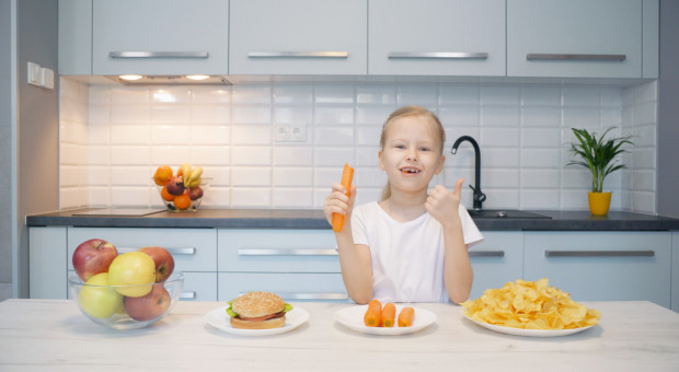 Mniej reklam chipsów i słodyczy. Czy zastąpią je jabłka?